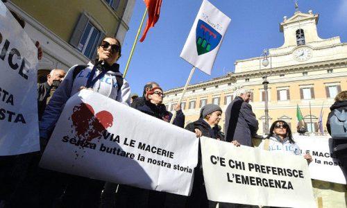 Protesta dei terremotati a Montecitorio, tessere elettorali gettate nell'immondizia